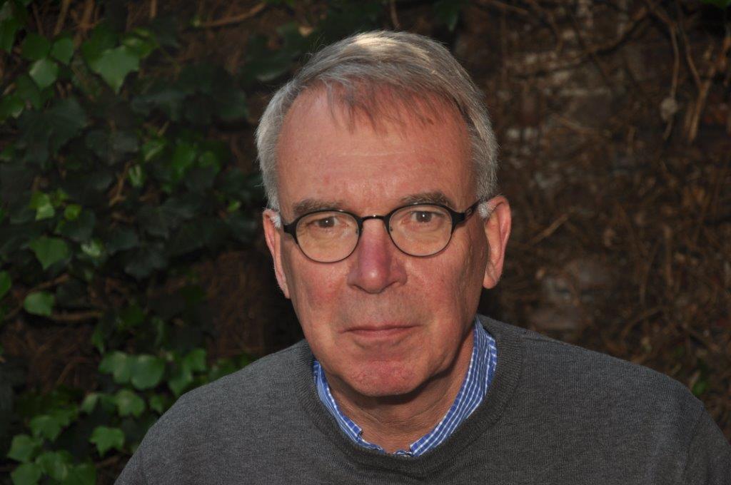 Roel Bekker veegt vloer aan met Rijksschoonmaakorganisatie