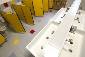 Schoonmakend Nederland: 'Maak kwaliteit van schoonmaak toetsbaar' Leerlingen vermijden school-wc vanwege slechte hygiëne
