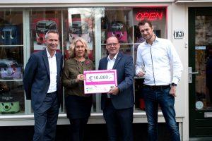 10-jarig jubileum Hetty gevierd met grandioze donatie Pink Ribbon