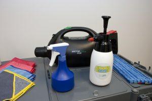 De methode in één oogopslag: microvezel Tecto-Clean in sprayflacons voor op oppervlakken en vloeren en de vernevelaar voor Tecto-Coat